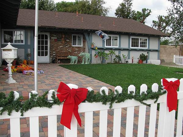 Fast And Fabulous Fence Decorating Ideas 5